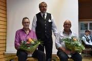 Präsident Edwin Gutjahr (Mitte) mit den neuen Ehrenveteranen, Kurt Simmen (links) und Anton Simmen (rechts). (Bild: Georg Epp, Erstfeld, 27. April 2019)