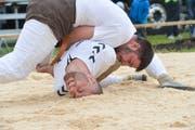 Zwei Athleten kämpfen am Thurgauer Nationalturntag in Bettwiesen im Sägemehl. (Bild: Donato Caspari)