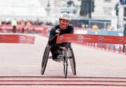 Erschöpft und glücklich: Manuela Schär beim Überqueren der Ziellinie. (Bild: Alastair Grant/AP (London, 28. April 2019))