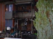 Durch den Brand auf dem Sitzplatz wurde auch die Wohnung in Mitleidenschaft gezogen. Sie bleibt vorerst unbewohnbar. (Bild: Polizei Basel-Landschaft)