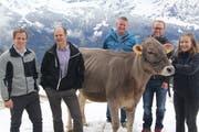 Sie begutachten das Rind: (von links) Marco Arnold von der Fenster Nauer AG, Spender Christoph Weber, Mario Baumann und André Arnold (Sponsoring) und Bauerntochter Andrea Gisler. (Bild: Paul Gwerder, Haldi, 26. April 2019)