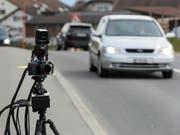 Doppelt so schnell wie erlaubt unterwegs war ein 20-jähriger Autolenker innerorts in Einsiedeln. (Bild: KEYSTONE/JEAN-CHRISTOPHE BOTT)