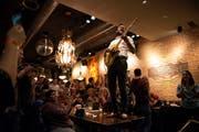 Der Beizentisch als Bühne: The Rockabilly Bones im Restaurant Marktplatz in Hochform. (Bild: Adriana Ortiz Cardozo)