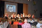 Die Musikgesellschaft Berg mit Dirigent Roman Schnelli. Im Hintergrund eingeblendet die Astronauten der Mondmission. (Bild: Viviane Vogel)