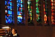 Der Meister fordert sein runderneuertes Instrument: Domorganist Willibald Guggenmos. (Bild: Michael Hug)