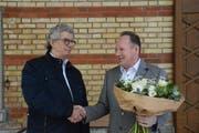 Lukas Hoffmann nimmt die Gratulation von Gemeindepräsident Werner Minder entgegen. (Bild: Georg Stelzner)