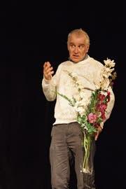 Joachim Rittmeyer als Theo Metzler mit dem Blumenstrauss für den Tiefschläfer Zemp. (Bild: Casino Theater)
