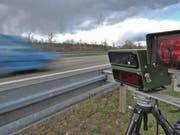 Mit 144 km/h statt der erlaubten Tempo 70 ist ein Autolenker am späten Samstagabend in Spiez BE an einer Geschwindigkeitskontrolle vorbeigerast. (Bild: KEYSTONE/EPA/PATRICK SEEGER)
