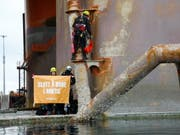 «Ende der Ölbohrungen in der Arktis»: Mit diesem Plakat besetzen Greenpeace-Aktivisten derzeit eine norwegische Ölplattform vor Hammerfest. (Bild: KEYSTONE/EPA GREENPEACE NORDIC/GREENPEACE/JONNE SIPPOLA HANDOUT)