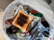 Viele Lebensmittel landen im Abfall. Rund 60 Kilogramm Lebensmittelabfälle pro Person und Jahr wären vermeidbar. (Bild: KEYSTONE/GAETAN BALLY)