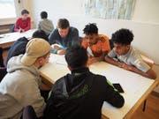 Afghanische und eritreische Flüchtlinge lernen gemeinsam mit einem Lehrer und Schüler der ISZL. (Bild: PD)