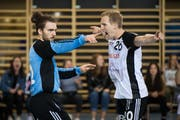Goalie Ronan Le Peillet und Regisseur Lucius Graf bejubeln einen Treffer. (Bild: Michel Canonica / TAGBLATT)