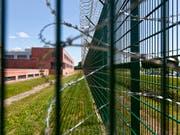 Rund 51'500 Personen wurden 2018 in eine Schweizer Justizvollzugseinrichtung eingewiesen. Im vergangenen Jahr gab es acht Gefängnisausbrüche. (Bild: KEYSTONE/GAETAN BALLY)
