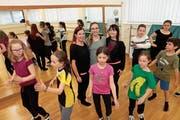 Die drei Organisatorinnen Andrea Huber, Aline Arnold und Monica Gogniat (in der Bildmitte von links) freuen sich mit vielen Kindern und Jugendlichen auf das Tanzfest am kommenden Wochenende. (Bild: Florian Arnold (Altdorf, 16. April 2019))
