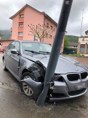 Kontrolle über das Fahrzeug verloren: Lenker kracht in Strassenlaterne. (Bild: Kapo