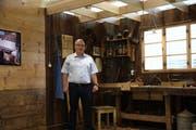 Patrik Braun vor einem Teil der historischen Ausstellung im Neubau. (Bild: Nicolas Düsel)
