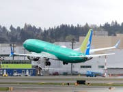 Boeing ist laut Konzernchef Dennis Muilenburg mit den Arbeiten zum Software-Update für das nach den Abstürzen gesperrte Flugzeugmodell 737 MAX auf Kurs. Allerdings darf das Flugzeug nach wie vor nicht abheben. (Bild: KEYSTONE/AP/TED S. WARREN)