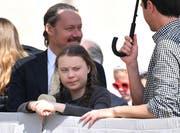 Greta Thunberg mit ihrem Vater im Vatikan. (EPA/ETTORE FERRARI/17 April 2019)