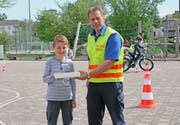 motion instructor Marcus Mazenauer over award winner Jorin Zurich, who attended the third grade of elementary schools in Romanshorn. (Image: mop TG)