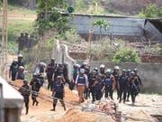 Mitglieder einer Spezialeinheit, die am Montag in Bangladesch einen Anti-Terror-Einsatz durchführten. Ein Verdächtiger wurde getötet, drei weitere Personen wurden festgenommen. (Bild: KEYSTONE/EPA/MONIRUL ALAM)