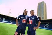 Hakan Yakin und Nelson Ferreira präsentieren im Sommer 2011 das neue Trikot. (Bild: Maria Schmid)