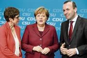 Annegret Kramp-Karrenbauer, Angela Merkel und Manfred Weber (von links) an einem Unionstreffen in Berlin. (Bild: Clemens Bilan/EPA (25. März 2019))