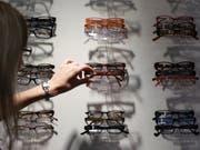 Optiker Fielmann wächst (Archvbild) (Bild: KEYSTONE/AP dapd/ROLAND MAGUNIA)