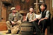 Die drei Clocharen (v.l.) Clown (Adrian Bünter), Dürst (Roger Odermatt) und Barbarossa (Alois Niederberger) in einer Szene des neuen Stücks der Theatergesellschaft Wolfenschiessen. (Bild: PD (Wolfenschiessen, 28. April 2019))