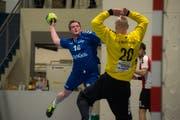 Kilian Tschupp, hier beim Sprungwurf gegen Patrick Rätz, erzielte 9 der 31 Dagmerseller Treffer. Bild: Dominik Wunderli (Dagmersellen, 27. April 2019)