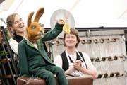 Gut bei Stimme, dank Walderdbeeren: Lodengrün, gespielt von Rahel Wohlgensinger, daneben Simon Engeli als stolze Hasenmutter. (Bild: Donato Caspari)