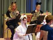 Katzen und Hühner musizieren auf der Bühne. (Bild: Erwin Schönenberger)