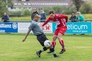 Abtwil-Engelburgs Florian Weishaupt (in rot) und seine Teamkollegen bringen gegen die starke Lancy-Abwehr kein Tor zu Stande. Bild: Hanspeter Schiess