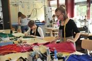 Beim Modeapéro im Lehratelier am BWZ in Altdorf bekamen die Besucher einen Einblick in die Arbeit der angehenden Bekleidungsgestalterinnen. (Bild: Urs Hanhart, 3. April 2019)