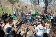 Durch den Wurf über das Feuer wird aus dem Wolf ein Pfadi. (Bild: PD)
