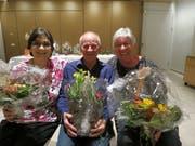 An der Hauptversammlung mit Blumen geehrt: (von links) Helen Nigg (15 Jahre Samariterlehrerin), Kaspar Senn (Austritt als Aktiver), Rita Broder (Postenchefin und Materialverwalterin). (Bilder: PD)