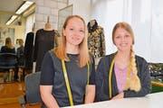 Michelle Fix (links) und Patrizia Gwerder, die ihre Lehre im Atelier Stoffart in Schwyz gestartet haben, beenden die Ausbildung nun in Altdorf. (Bild: Silvia Camenzind)