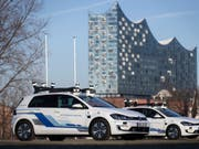 Fünf selbstfahrende Elektro-Autos von Volkswagen sind für einen Test in Hamburg unterwegs. (Bild: Keystone/Volkswagen AG/Friso Gentsch)