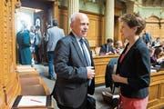 Die Gegenpole in der Frage, ob der UNO-Vertrag ratifiziert werden soll: Ueli Maurer sagt Nein, Simonetta Sommaruga Ja. (Bild: Peter Klaunzer/Keystone (Bern, 20. September 2018))