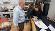 Cosimo Urgesi, der Meister des traditionellen Schneiderhandwerks, und Ly-Ling Vilaysane, die unkonventionelle Modedesignerin (Bild: PD)