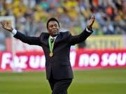 Die brasilianische Fussball-Legende Pelé ist zur Behandlung in ein Pariser Spital eingeliefert worden. Pelé war zu PR-Zwecken in Paris und traf dabei auch den französischen Nationalspieler Kylian Mbappé. (Bild: KEYSTONE/AP SCANPIX SWEDEN/JONAS EKSTROMER)