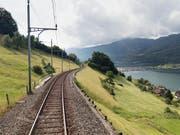 Die Bahnstrecke am östlichen Zugersee-Ufer wird ausgebaut und saniert und deswegen für eineinhalb Jahre gesperrt. Die Reisezeit zwischen der Deutschschweiz und dem Tessin verlängert sich um bis zu 15 Minuten. (Bild: KEYSTONE/GAETAN BALLY)