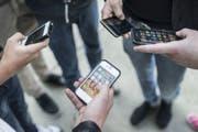 Wigoltinger Sekundarschüler nutzten Whatsapp-Chats, um Mitschüler zu mobben und für den Drogenverkauf. (Symbolbild)
