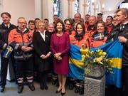 Königin Silvia von Schweden (in der Bildmitte im roten Kleid) hat am Mittwoch ein Altersheim im deutschen Niedersachsen besucht. Anlass für den Besuch waren die Verleihung eines Stipendiums an eine Pflegenachwuchskraft und der Besuch des Wohnbereichs «Silvia» im Altersheim. (Bild: KEYSTONE/EPA/DAVID HECKER)