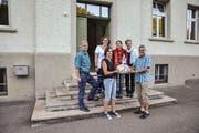 2017 war sie bereits die 100. Genossenschafterin: Lisbeth Ruckstuhl erhält einen Geschenkkorb von Matthias Kreier. Hinter den beiden stehen Werner Hillmann, Renate Bissegger, Heidi Hosp und Marlies Moser von der Genossenschaft. (Archivbild: Miranda Diggelmann)