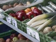 Ein Hofladen bietet frisches Biogemüse und Biofrüchte an - rund 7100 Betriebe arbeiten aktuell nach den Richtlinien von Bio Suisse. (Bild: Keystone/PETER SCHNEIDER)