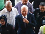 Malaysias Ex-Premier Najib Razak bei der Ankunft beim Gericht in Kuala Lumpur, wo er sich wegen Korruption und Veruntreuung verantworten muss. (Bild: KEYSTONE/EPA/FAZRY ISMAIL)