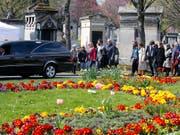 Familienmitglieder und Freunde nahmen am Dienstag in Paris Abschied von der verstorbenen Filmregisseurin Agnès Varda. (Bild: KEYSTONE/AP/FRANCOIS MORI)