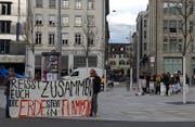 Klimaaktivisten mit verbundenen Augen machen am Mittwochnachmittag auf dem Kornhausplatz auf ihre Forderungen und die Klima-Demo vom Samstag in St.Gallen aufmerksam. (Bild: David Gadze - 3. April 2019)