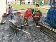 Tatkräftig halfen Kinder mit, den Fussweg vom Schulhaus Institut ins Klaus neu zu gestalten. (Bild: pd)