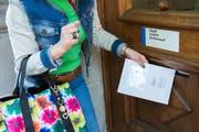 Eine Stimmbürgerin gibt ihr Wahlcouvert beim Luzerner Stadthaus ab. (Symbolbild Eveline Beerkircher)